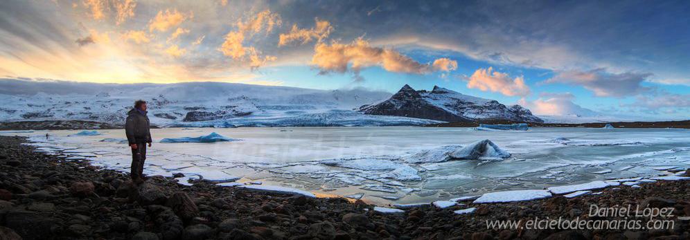 Glaciar Vatnajökull. Uno de los impresionantes lugares donde estuvimos buscando localizaciones para ver y fotografiar. Este sitio fue uno en los que tuvimos la oportunidad de ver las mejores y más brillantes Auroras durante el viaje.A la derecha de la imagen en pequeñito justo detrás de mi, la figura de Cristobal Serrano da una idea de las dimensiones reales de este lago de glaciar.