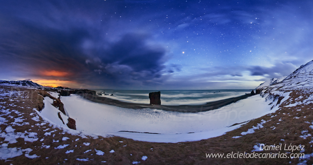 Un lugar de ensueño para fotografiar y sobre todo para intentar captar Auroras con el paisaje durante la noche. Una playa cubierta por nieve justo debajo de un acantilado y una espectacular roca en el centro coronaba este lugar.Al final vimos Auroras desde esa playa, pero no salieron en el sitio adecuando, sino justo a las espaldas de la playa, en el lado opuesto al que apunta la cámara, pero me quedo con el recuerdo de este sitio tan especial. Panorámica de larga exposición con 5DII 15mm y 30sg de exposición