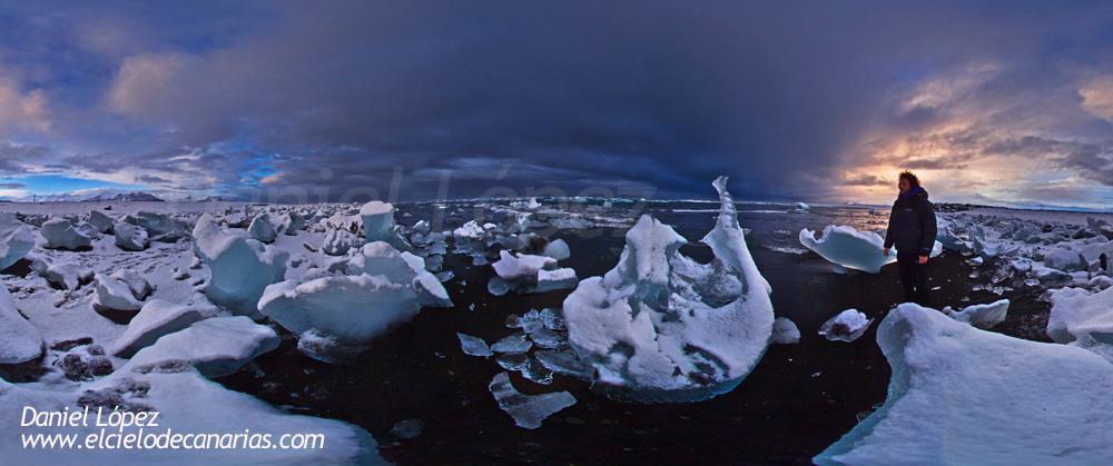 """Playa plagada de hielos. La marea arrastraba los hielos hacia la playa dejándolos varados durante la noche. Los hielos llegaban a la playa directamente de un lago de glaciar cercano. En este lugar vimos algunas de las mejores Auroras, por lo menos una de las más """"fluorescentes"""" y verdes de toda la expedición. Conseguimos captar multitud de Auroras junto a las formas imposibles de estos hielos.Panorámica 360º con 5DII y 8mm."""
